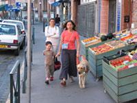 Une mère et son enfant accompagnés d'un chien guide